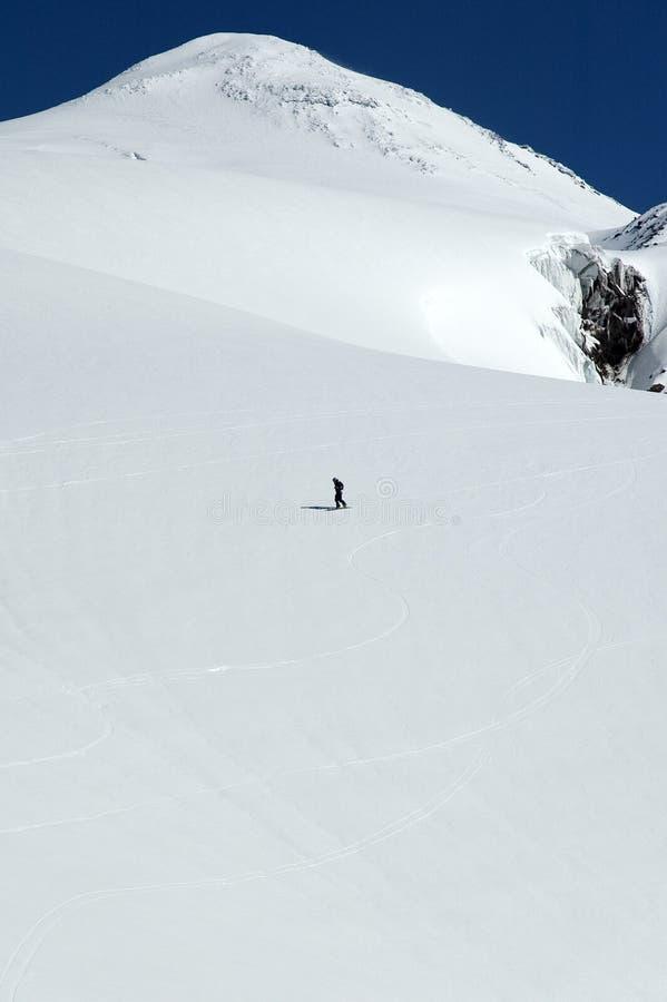 Snowboarder sur la pente d'Elbrus photographie stock libre de droits
