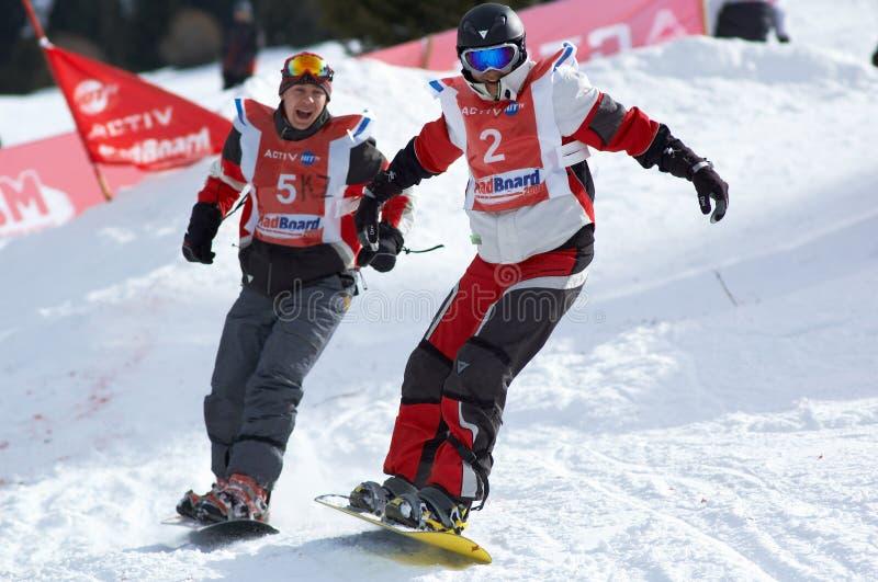 Snowboarder sur le chemin photographie stock libre de droits