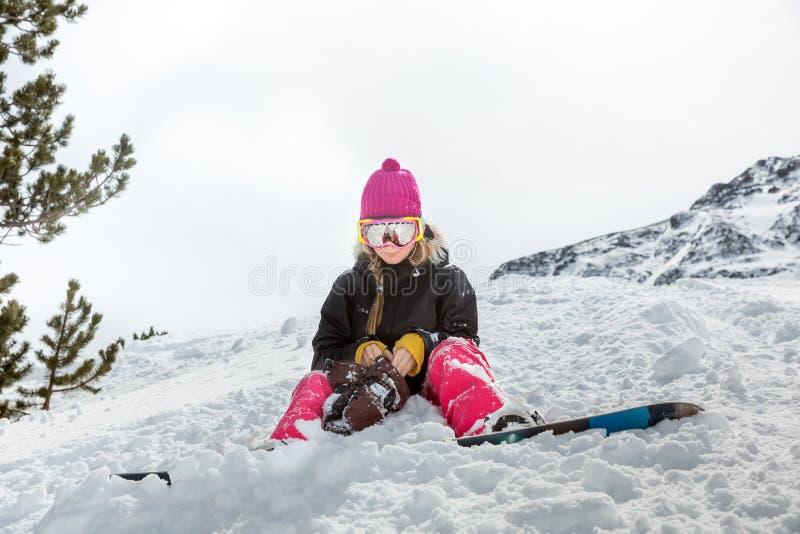 Snowboarder trastornado de la mujer en montañas fotografía de archivo