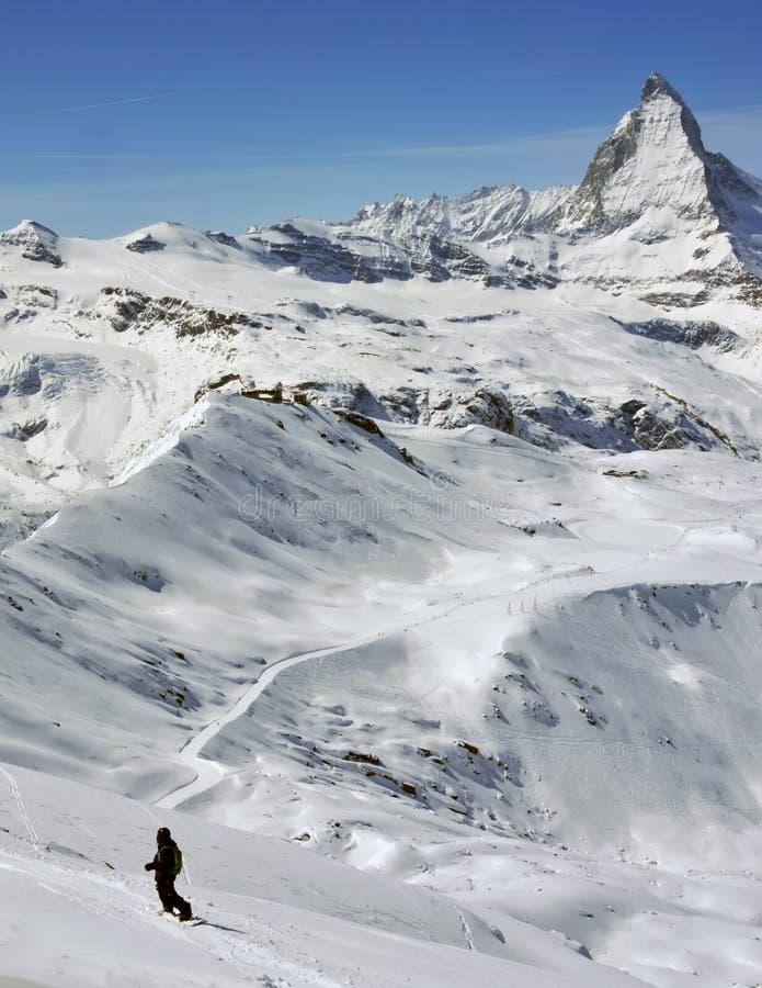 Snowboarder y matterhorn imagen de archivo