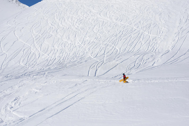 Snowboarder zatrzymująca opłata równiny i głęboki śnieg zdjęcie stock