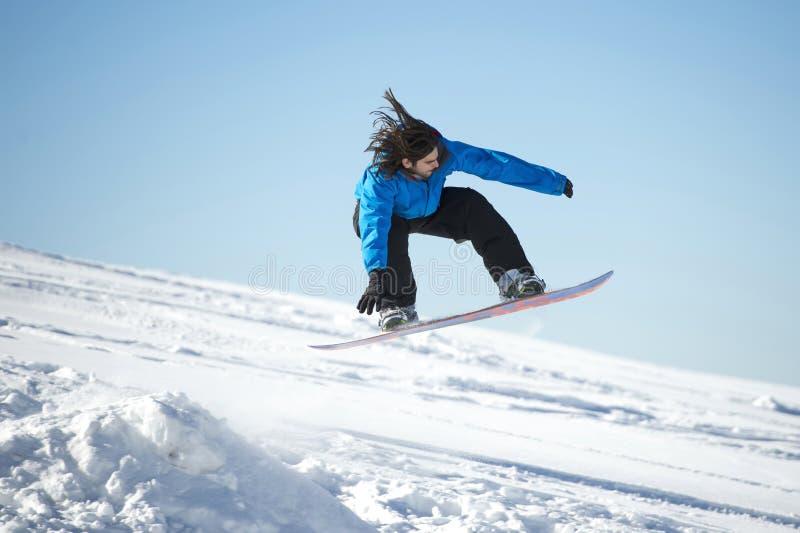 Snowboarderbanhoppning arkivbild