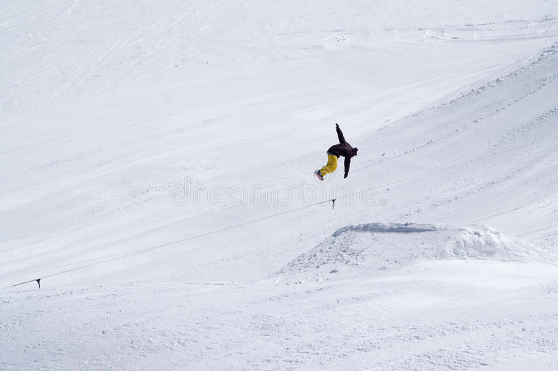 Snowboarderbanhoppningen i snö parkerar på skidar semesterorten på solvinterdag royaltyfria foton