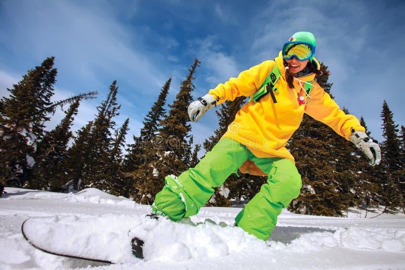 Snowboarderen som gör en tåsida, snider arkivbild