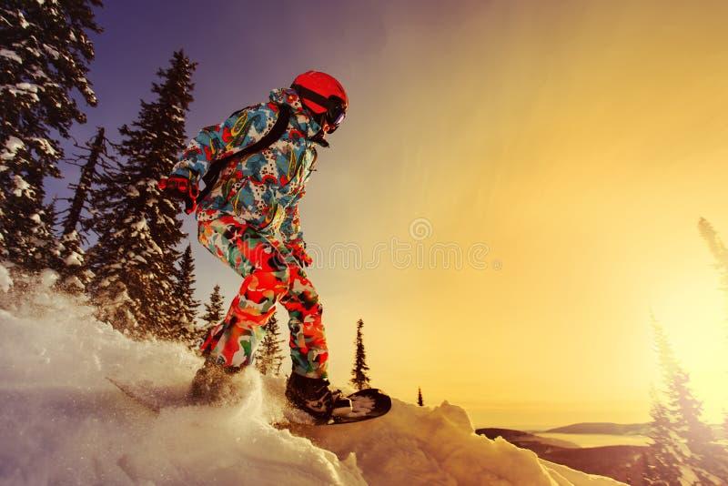 Snowboarderen som gör en tåsida, snider royaltyfri bild