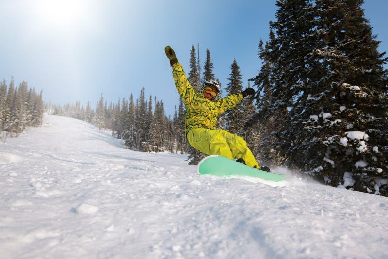 Snowboarderen som gör en tåsida, snider fotografering för bildbyråer