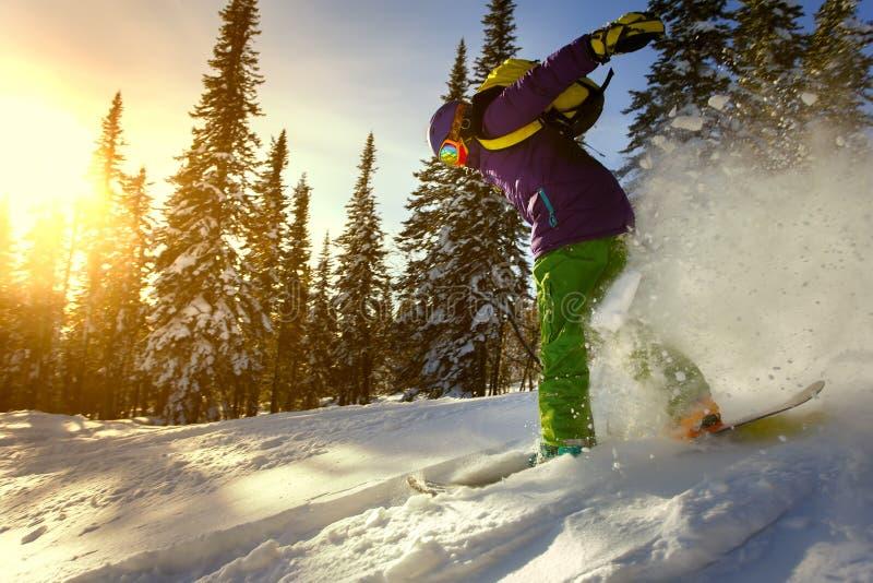 Snowboarderen som gör en tåsida, snider royaltyfria bilder