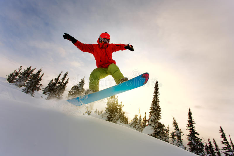 Snowboarderen som gör en tåsida, snider med djupblå himmel i backgro royaltyfria foton
