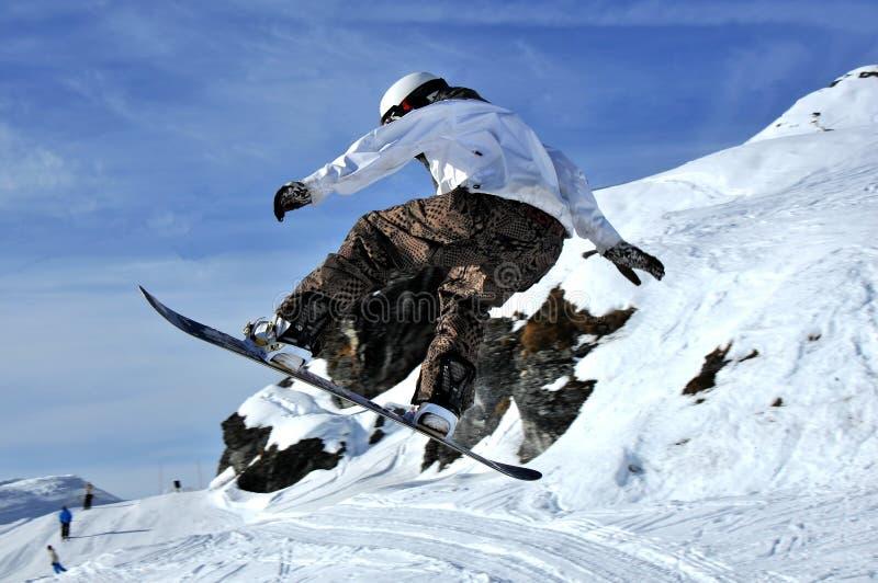 Snowboarderin Flug stockfoto