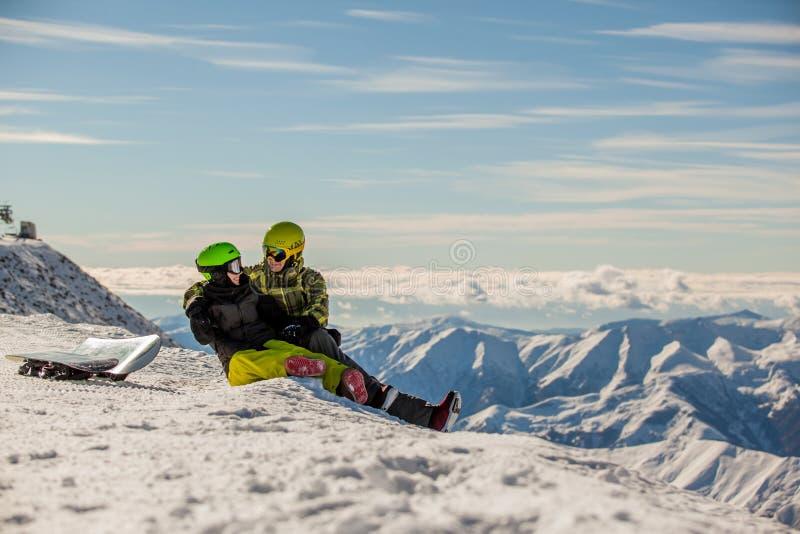 Snowboarders afortunados de los pares imagen de archivo libre de regalías