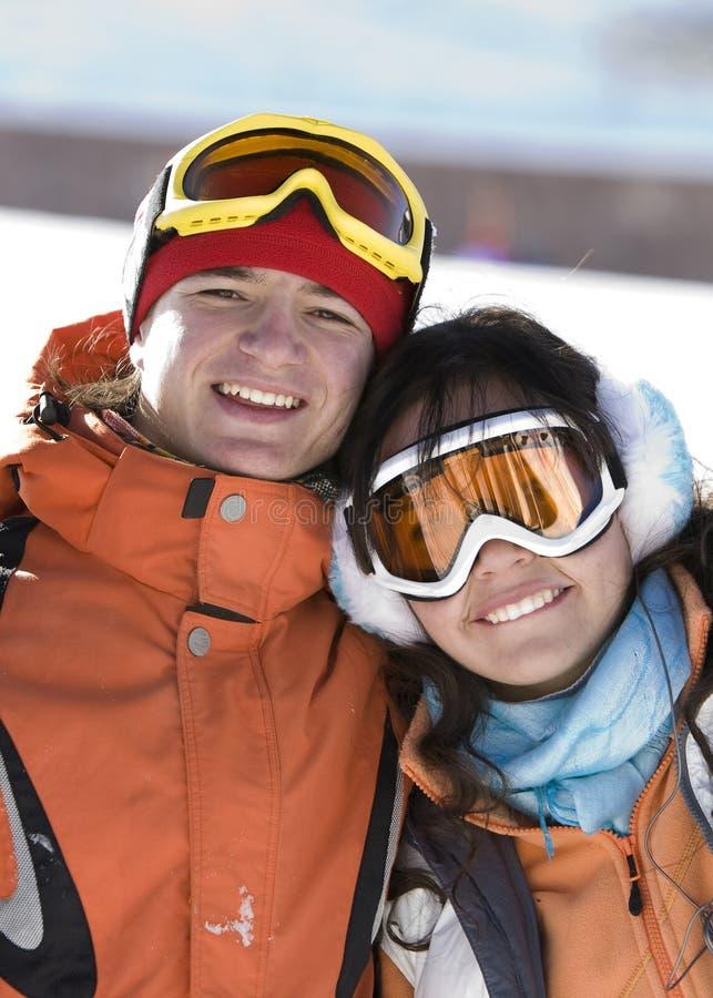 Snowboarders afortunados dos pares em uma montanha fotografia de stock royalty free