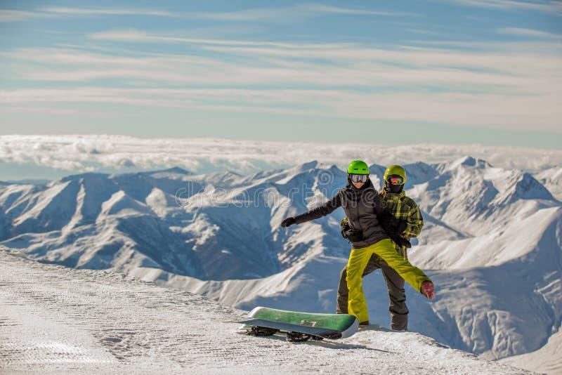 Snowboarders chanceux de couples photo stock