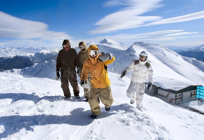 Snowboarders dans les montagnes images libres de droits