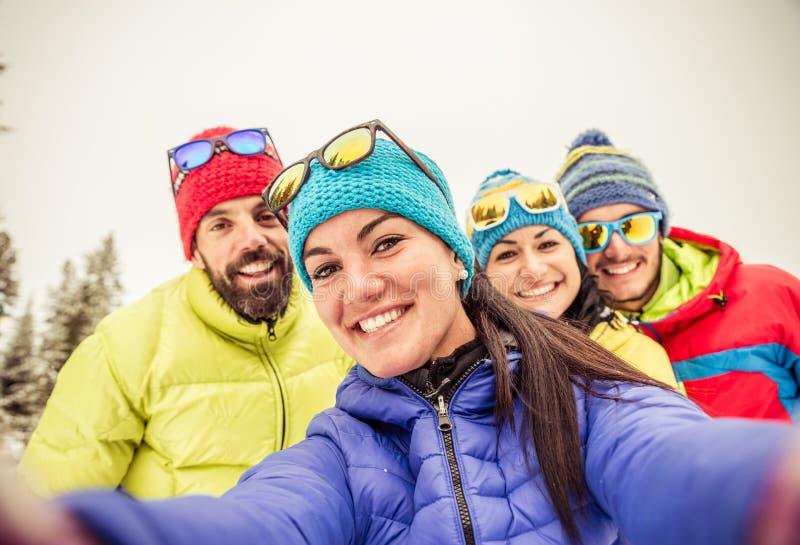 Snowboarders die selfie nemen stock foto's