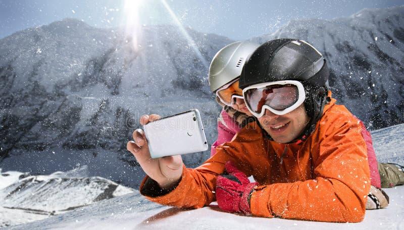 Snowboarders die selfie nemen stock fotografie