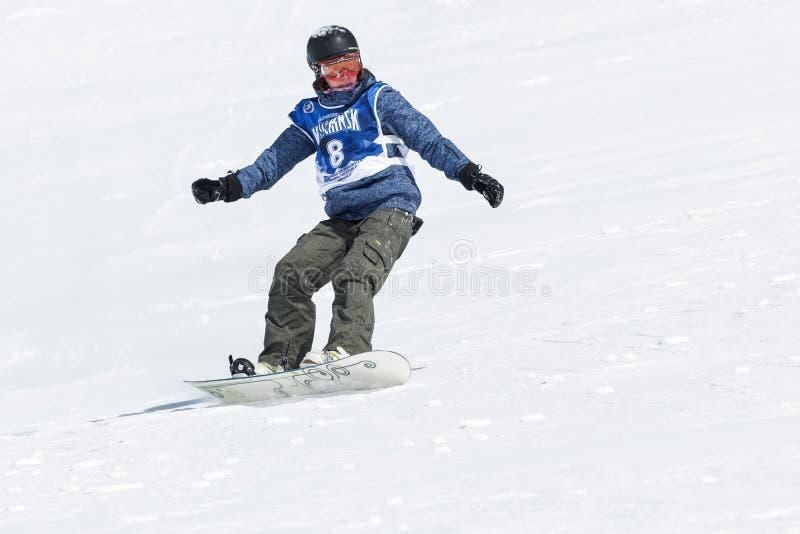 Snowboarders do freeride das competições fotos de stock