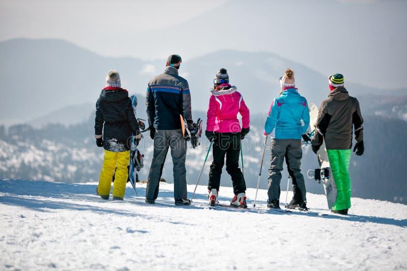 Download Snowboarders Geniet Van Het Sneeuwwitte Landschap Van Bergen En Fores Stock Foto - Afbeelding bestaande uit achtergrond, landschap: 107707392