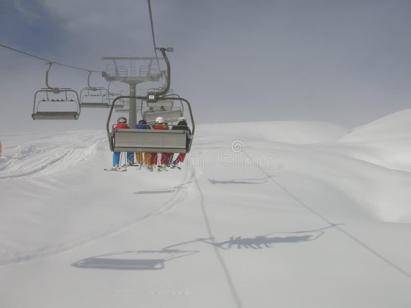 Snowboarders in lift in Dolomiet stock afbeeldingen