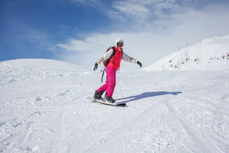 Snowboarders poserar på kameran royaltyfri foto
