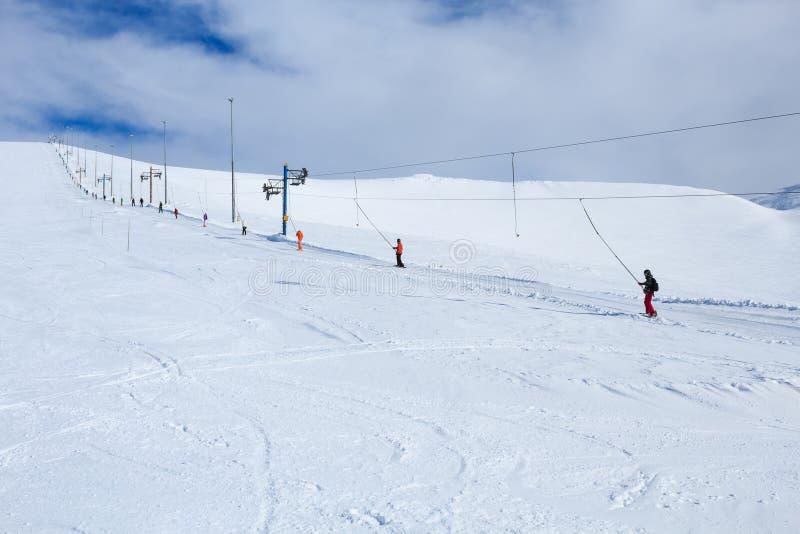 Snowboarders que aumentam a montanha na estância de esqui polar do russo fotos de stock