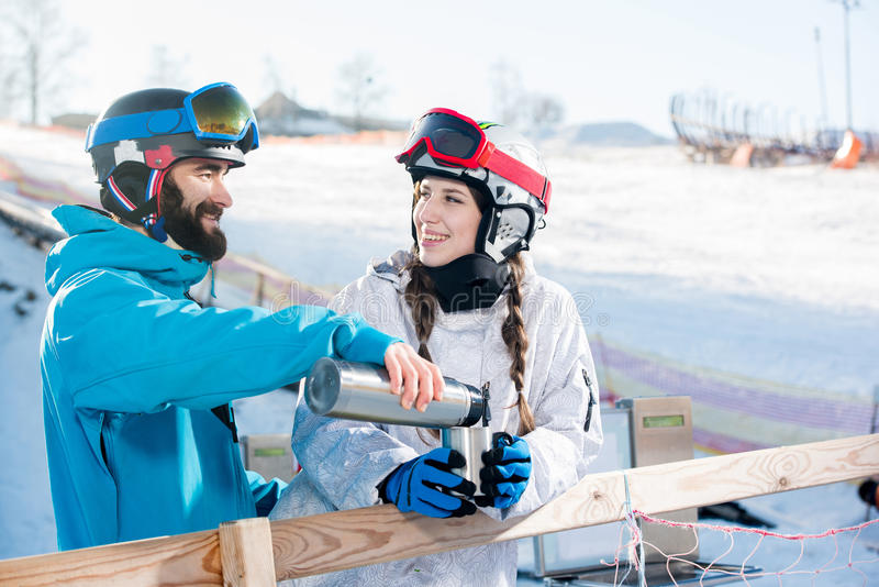 Snowboarders que beben té imagen de archivo