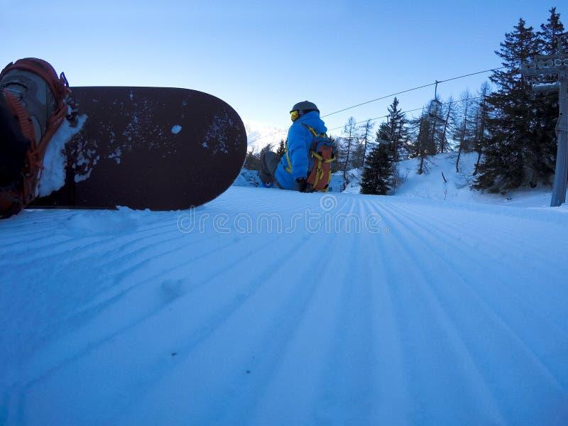 Snowboarders que descansam na inclinação - cena dos esportes de inverno fotos de stock