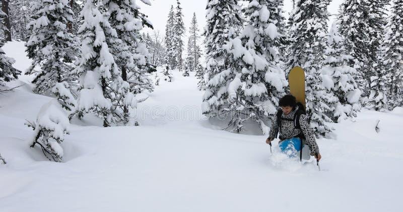 Snowboardertretenschnee lizenzfreies stockbild