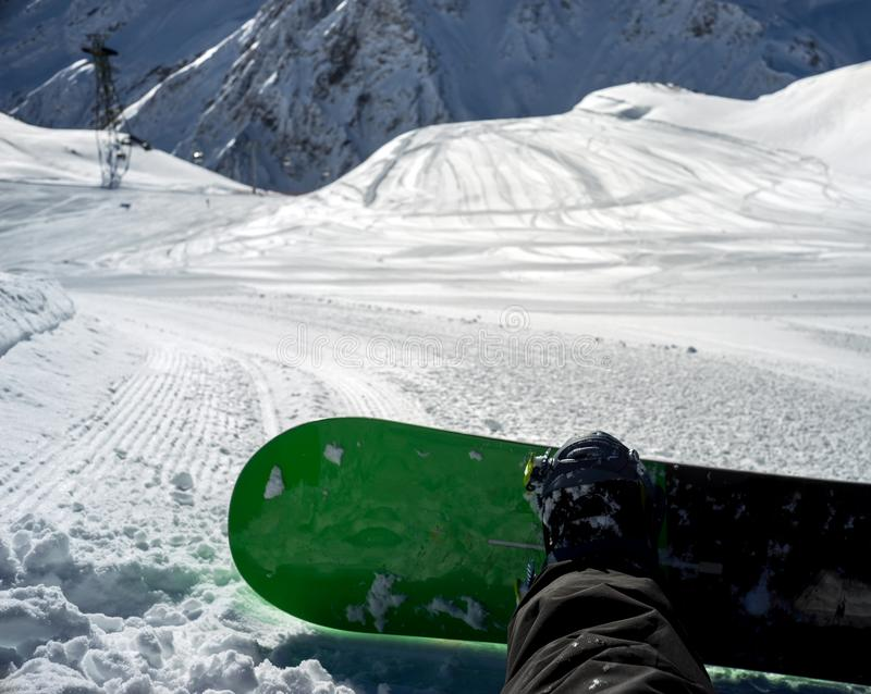 Snowboarderzitting die op spoor rusten royalty-vrije stock foto's