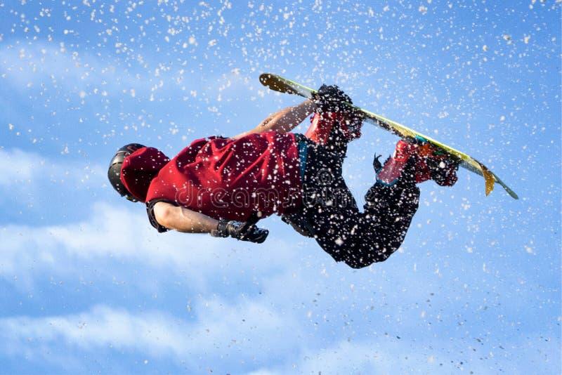 Snowboardförkläde i luften royaltyfri foto