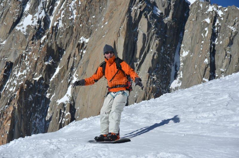 Snowboarding da montanha alta fotografia de stock