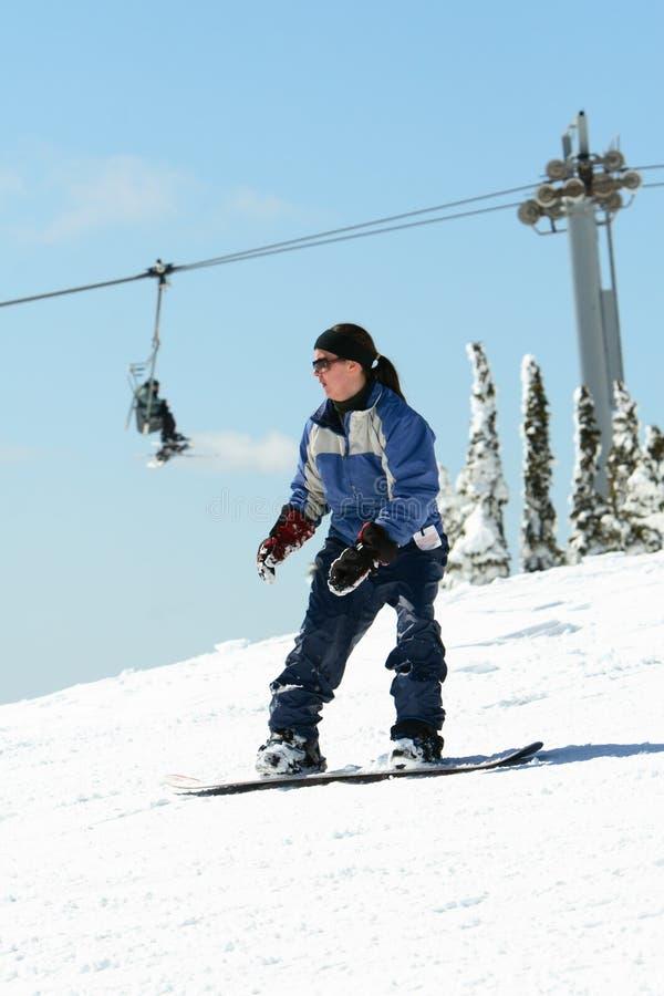 Snowboarding de jeune femme image stock