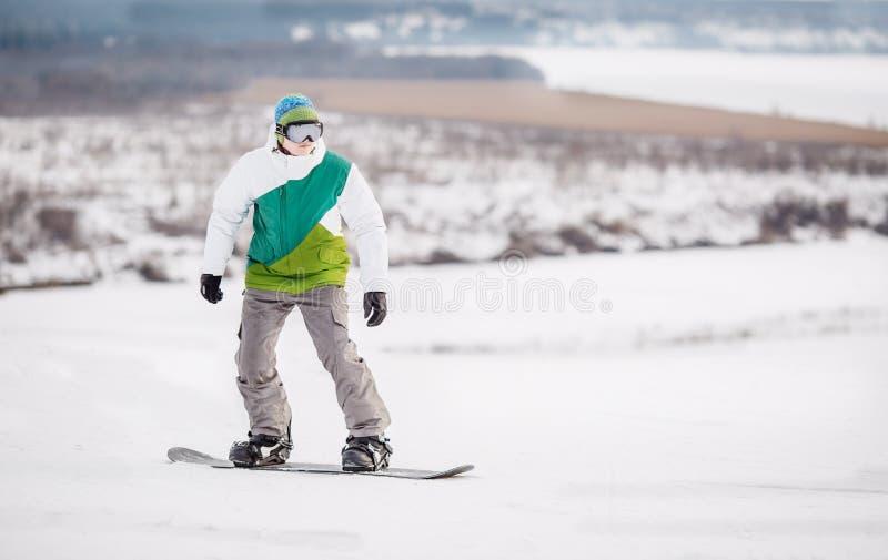 Snowboarding des jungen Mannes lizenzfreie stockbilder