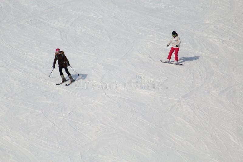 Snowboarding die tegenover bergaf deze koude winter ski?en royalty-vrije stock foto's