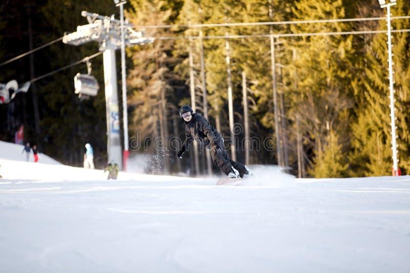 Snowboarding do homem novo imagens de stock
