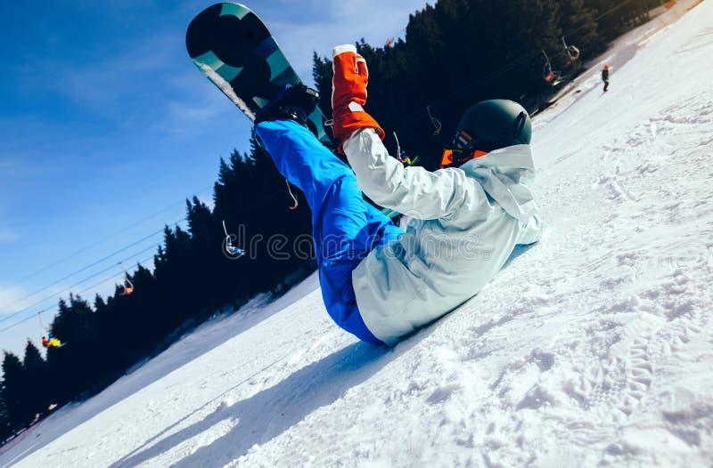 Snowboarding do Snowboarder na parte superior da montanha do inverno imagem de stock
