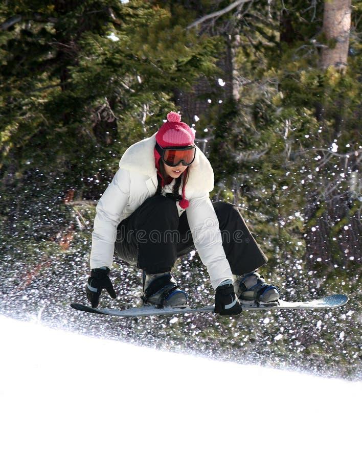 Snowboarding in een bos royalty-vrije stock afbeelding