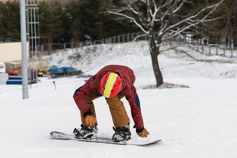 Snowboarding med berg arkivfoto