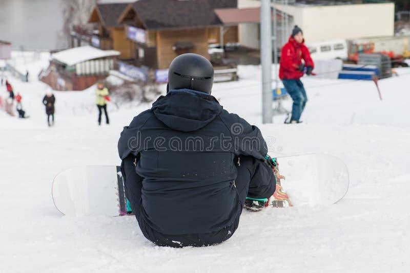 Snowboarding med berg, bakre sikt royaltyfri fotografi