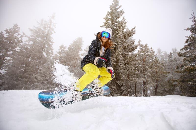 Snowboarding qualifié de femme image libre de droits