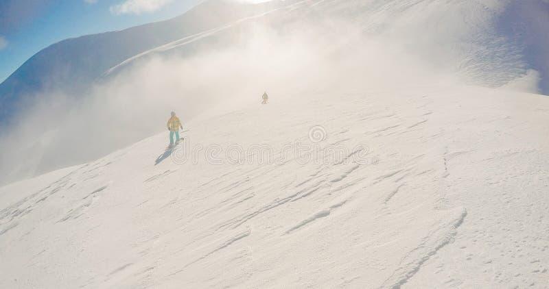 Snowboardingfreeridevinter, längs man med brädet i berg royaltyfri fotografi