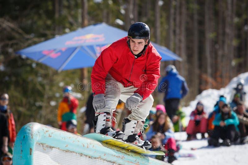 Snowboardklyvarestriden i vinter parkerar royaltyfri foto