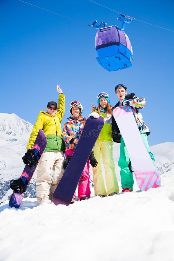 Snowboardkompisar skidar på semesterorten arkivfoto