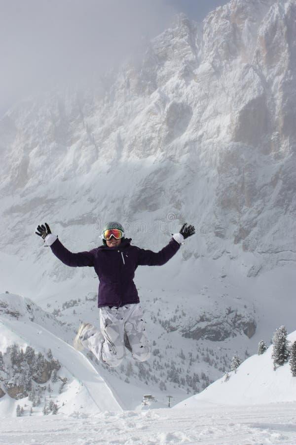 Snowboardmädchen springen bis zum Himmel stockbild