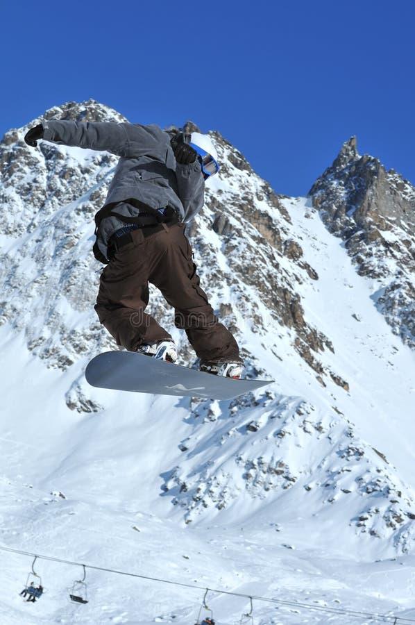 Snowboardsprung und -torsion lizenzfreie stockfotos