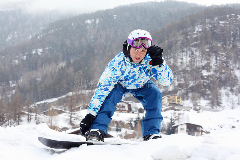 Snowborder in der Sportklage betrachtet Kamera lizenzfreies stockfoto