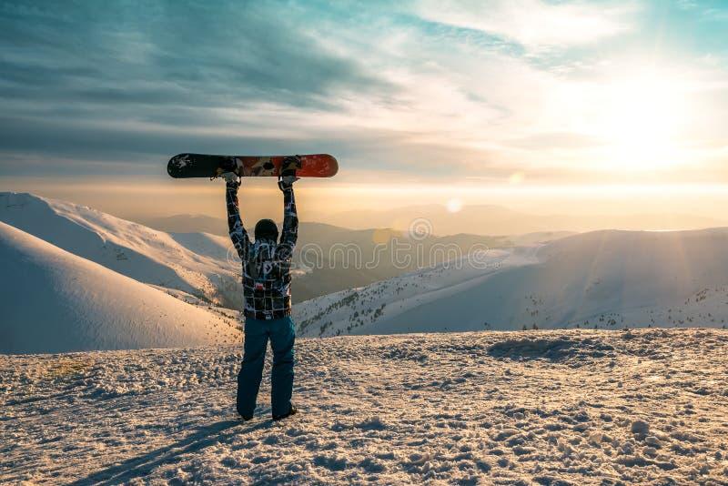Snowborder sur le coucher du soleil photos stock