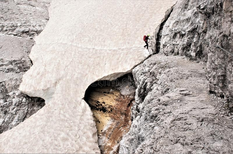 Snowbridge -在途中通过ferrata Alpninii,白云岩 免版税库存照片