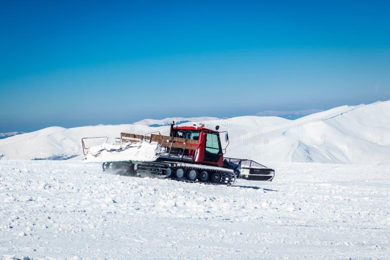 Snowcat em uma montanha nevado fotos de stock royalty free
