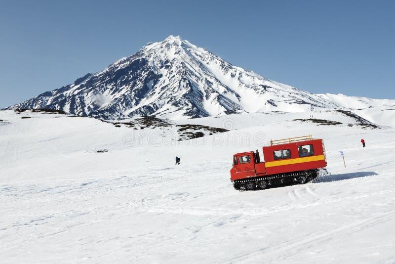 Snowcat que conduz em inclinações nevado do vulcão imagem de stock royalty free