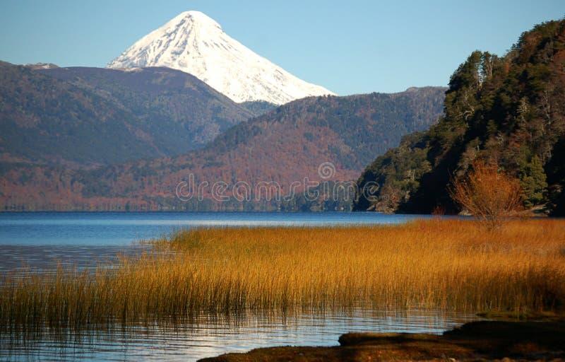 Snowcovered piek van de Vulkaan stock fotografie